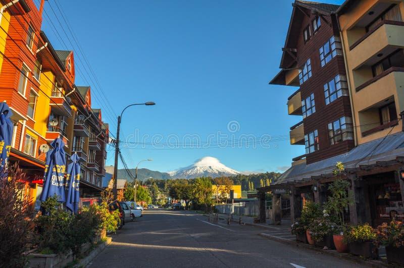 Στο κέντρο της πόλης Pucon με το ηφαίστειο Villarrica, Pucon, Χιλή στοκ φωτογραφίες με δικαίωμα ελεύθερης χρήσης