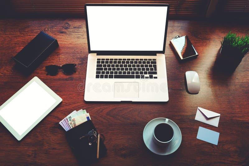 Στο καφετί της υφής τόσο μοντέρνο γραφείο είναι ανοικτός νέος επιχειρηματίας εξαρτημάτων lap-top επόμενος μοντέρνος στοκ φωτογραφία