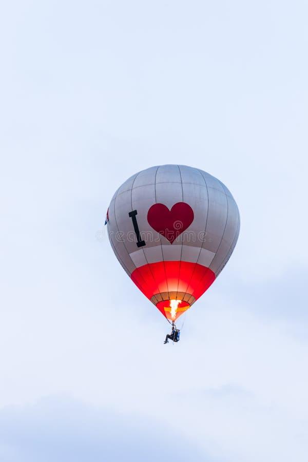 Στο κόκκινο ουρανού - γκρίζο μπαλόνι ζεστού αέρα στο φεστιβάλ μπαλονιών ζεστού αέρα στοκ φωτογραφίες με δικαίωμα ελεύθερης χρήσης
