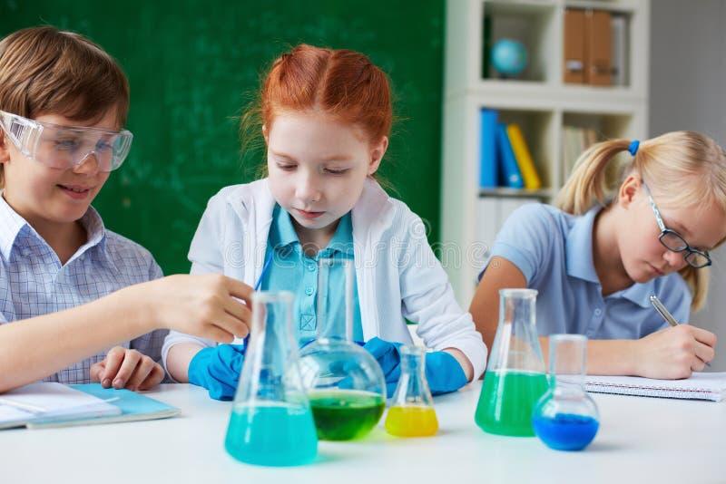 Στο μάθημα χημείας στοκ εικόνες με δικαίωμα ελεύθερης χρήσης