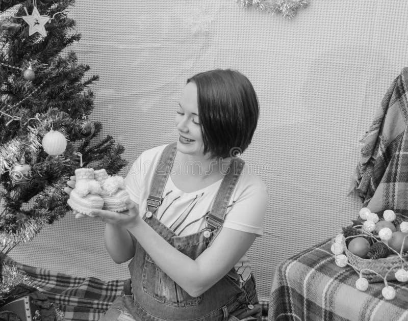 Στο νέο έγκυο κορίτσι έτους κοντά στο χριστουγεννιάτικο δέντρο στοκ φωτογραφία με δικαίωμα ελεύθερης χρήσης