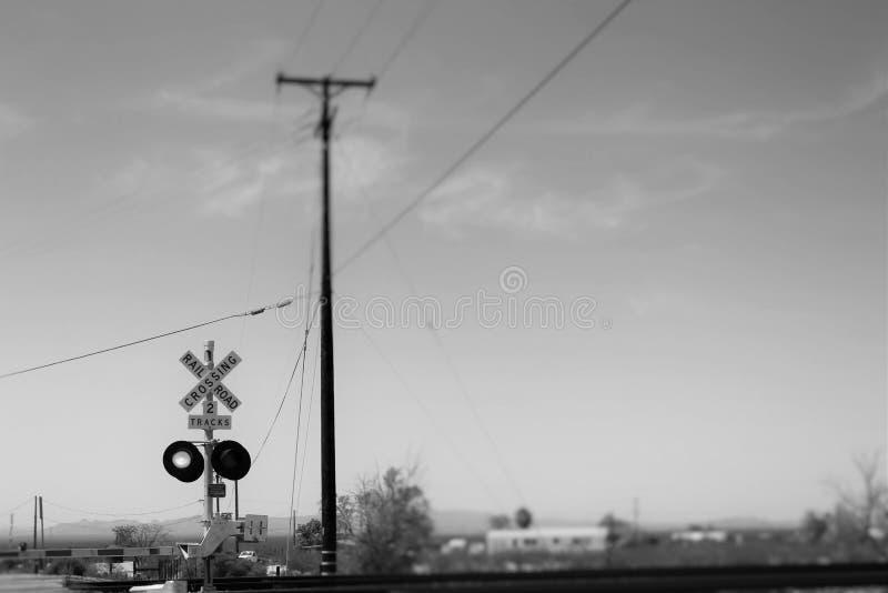 Στο οδικό πέρασμα δρόμος-ραγών στοκ εικόνα