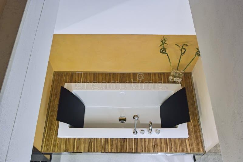 Στο πρώτο πλάνο μια σύγχρονη μπανιέρα στοκ εικόνες με δικαίωμα ελεύθερης χρήσης