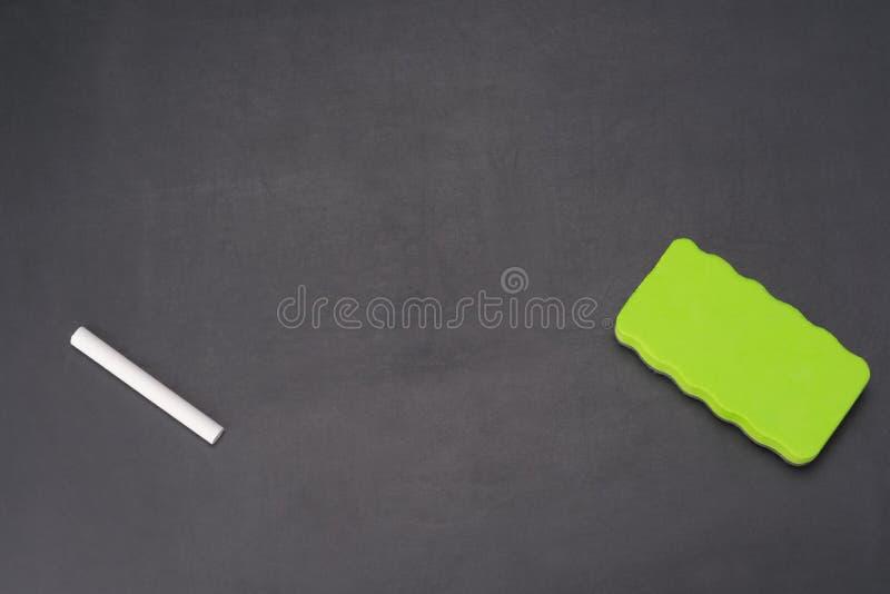 Στο σχολικό πίνακα κιμωλίας υπάρχει μια κιμωλία και ένα σφουγγάρι για την εξάλειψή του στοκ φωτογραφία με δικαίωμα ελεύθερης χρήσης