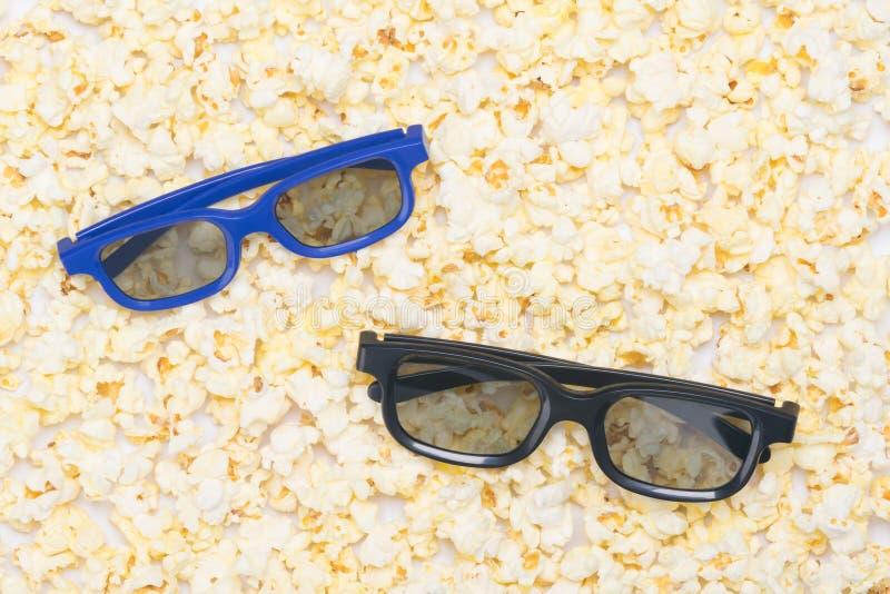 Στο υπόβαθρο άσπρο popcorn υπάρχουν δύο ζευγάρια των γυαλιών για την προσοχή ενός τρισδιάστατου κινηματογράφου στοκ φωτογραφίες με δικαίωμα ελεύθερης χρήσης