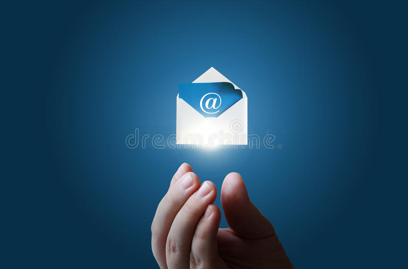 Στο χέρι επιχειρηματιών ο φάκελος με το ηλεκτρονικό μήνυμα στοκ εικόνες