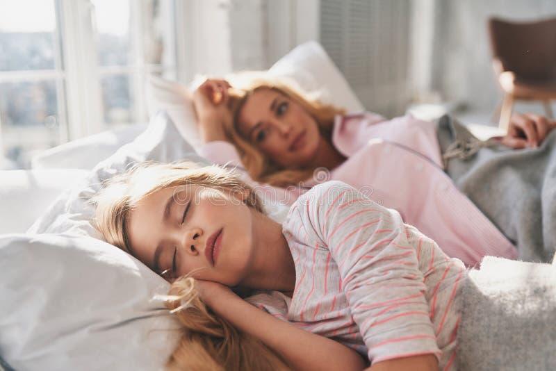 Στο dreamland Νέα όμορφη μητέρα που εξετάζει το χαριτωμένο sli της στοκ φωτογραφίες