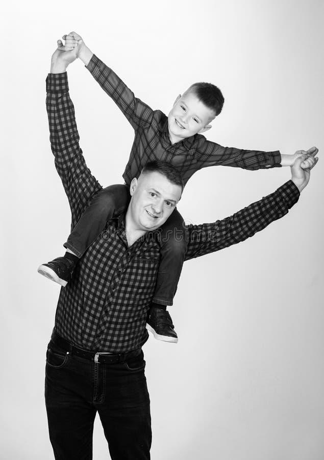 Στο dreamland r Μικρό παιδί με το άτομο μπαμπάδων r o _ πατέρας και γιος στο κόκκινο στοκ φωτογραφίες με δικαίωμα ελεύθερης χρήσης