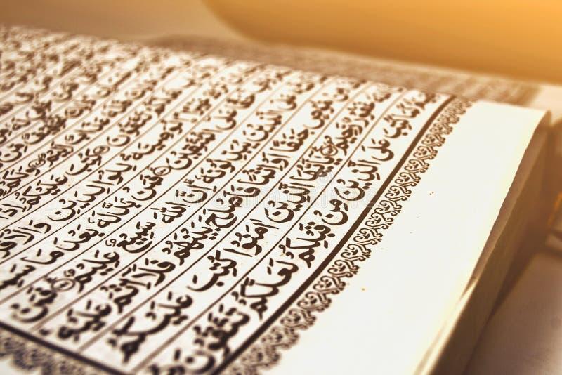 στρέψτε το quran ελαιόπρινου στο Μουσουλμάνο ηλιοβασιλέματος ή ανατολής χαμηλού φωτός με τη ramadhan νηστεία στίχων στοκ εικόνες με δικαίωμα ελεύθερης χρήσης