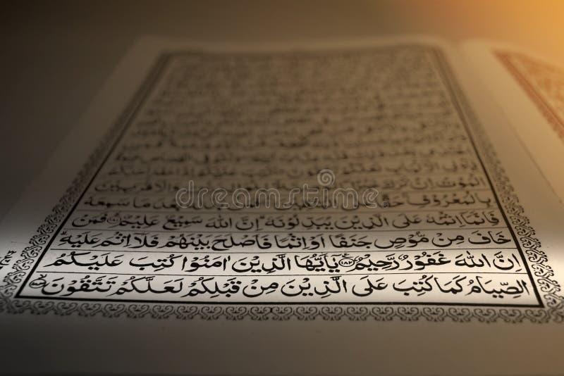 στρέψτε το quran ελαιόπρινου στο Μουσουλμάνο ηλιοβασιλέματος ή ανατολής χαμηλού φωτός με τη ramadhan νηστεία στίχων στοκ εικόνα