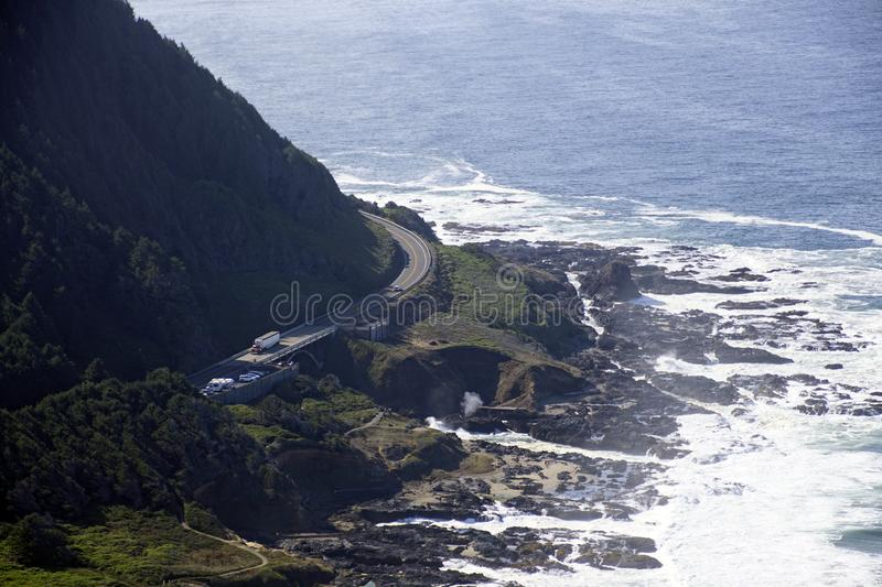 Στρίψιμο του δρόμου κατά μήκος της παράλιας Ειρηνικού στοκ εικόνες με δικαίωμα ελεύθερης χρήσης