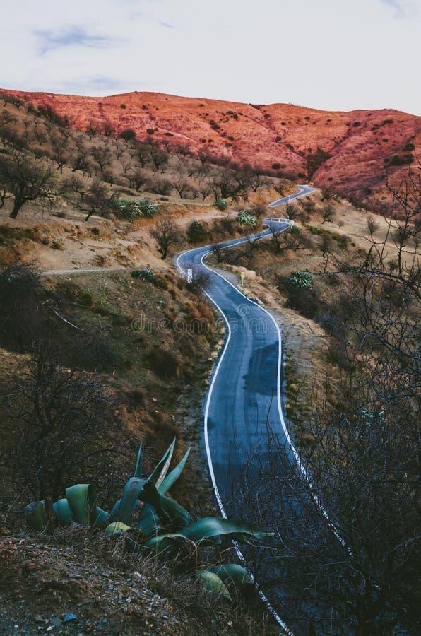 Στρίψιμο του μεσογειακού δρόμου βουνών στοκ εικόνες