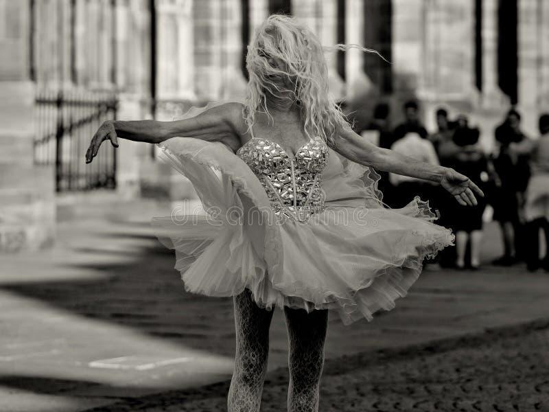 Στρασβούργο, Γαλλία - 19 Ιουνίου: Μη αναγνωρισμένοι θηλυκοί χοροί εκτελεστών μπροστά από τη Notre Dame στις 19 Ιουνίου 2014 στο Σ στοκ εικόνα