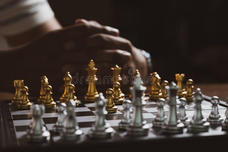 Στρατηγική σκέψης παιχνιδιών σκακιού παιχνιδιού ατόμων στη σκακιέρα στοκ εικόνες