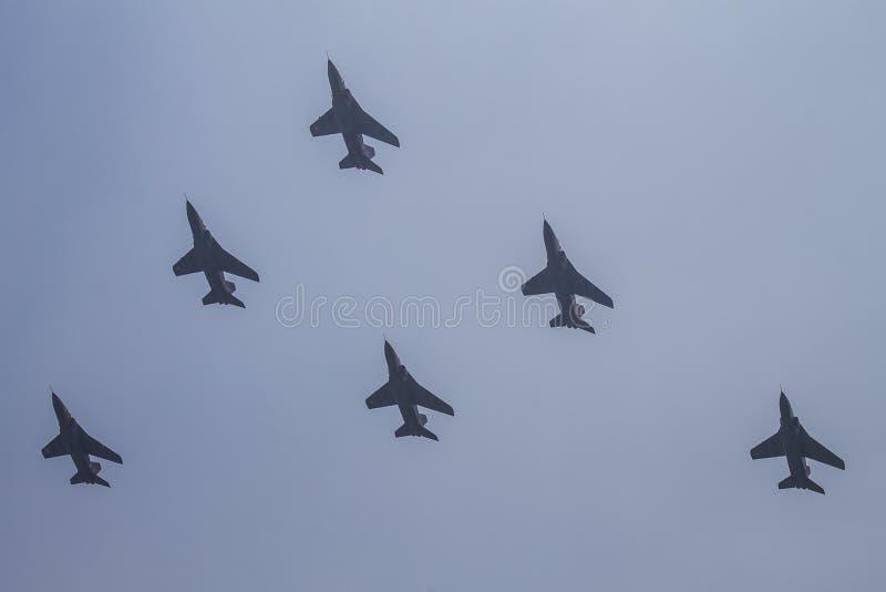 Στρατιωτικά αεροσκάφη. Τρία μαχητικά αεροσκάφη MiG-29 τζετ στοκ εικόνα με δικαίωμα ελεύθερης χρήσης