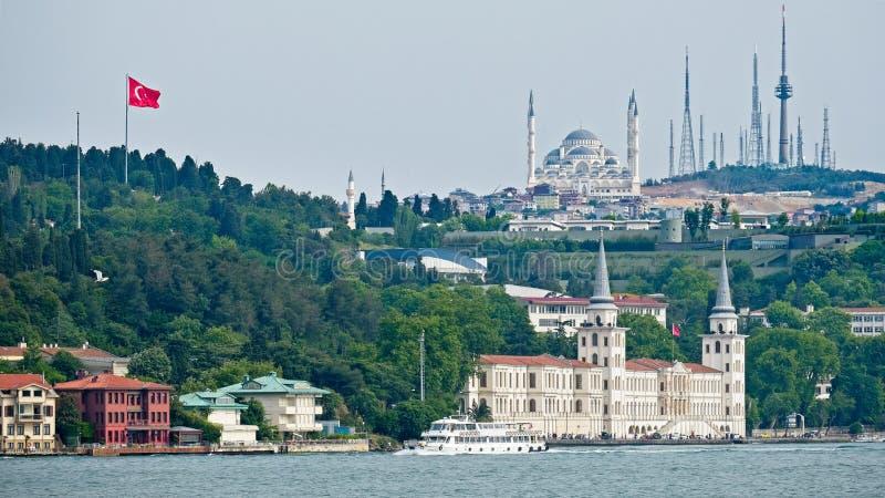 Στρατιωτικά γυμνάσιο Kuleli και μουσουλμανικό τέμενος Camlica σε Uskudaar Ιστανμπούλ στοκ φωτογραφία με δικαίωμα ελεύθερης χρήσης