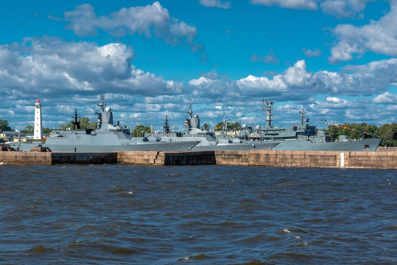 Στρατιωτικά σκάφη στη ναυτική βάση στοκ φωτογραφία με δικαίωμα ελεύθερης χρήσης