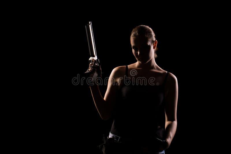 Στρατιωτική γυναίκα με ένα αθλητικό πυροβόλο όπλο πέρα από το μαύρο υπόβαθρο στοκ εικόνες