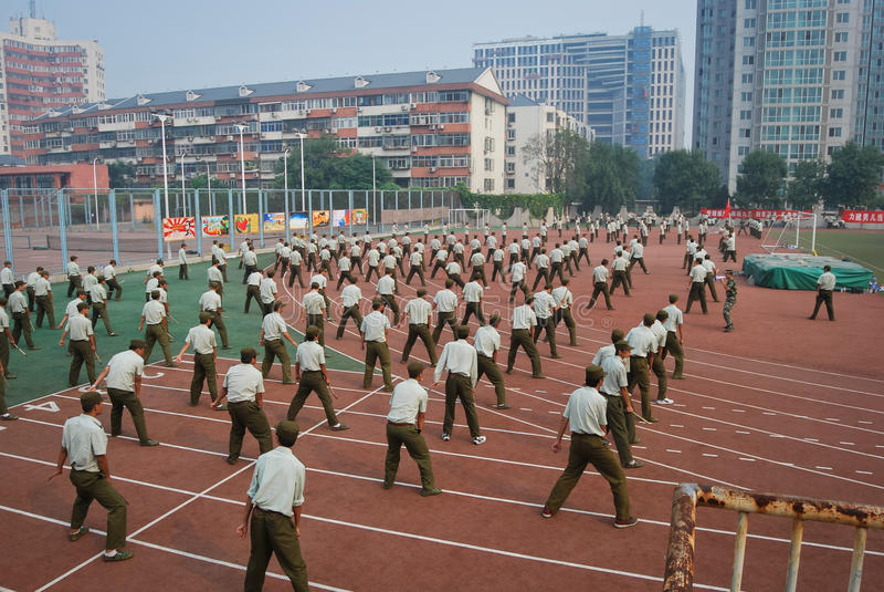 Στρατιωτική εκπαίδευση φοιτητών πανεπιστημίου της Κίνας στοκ εικόνα