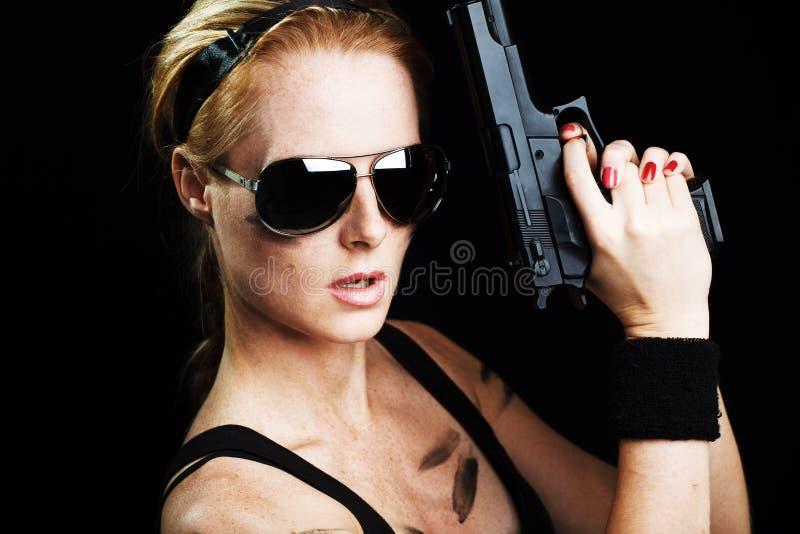 στρατιωτική θέτοντας γυναίκα πυροβόλων όπλων στοκ φωτογραφία με δικαίωμα ελεύθερης χρήσης