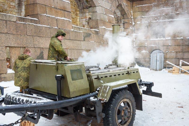 Στρατιωτική κουζίνα τομέων το χειμώνα την ημέρα Epiphany Πετρούπολη Άγιος Ρωσία, στοκ φωτογραφία με δικαίωμα ελεύθερης χρήσης