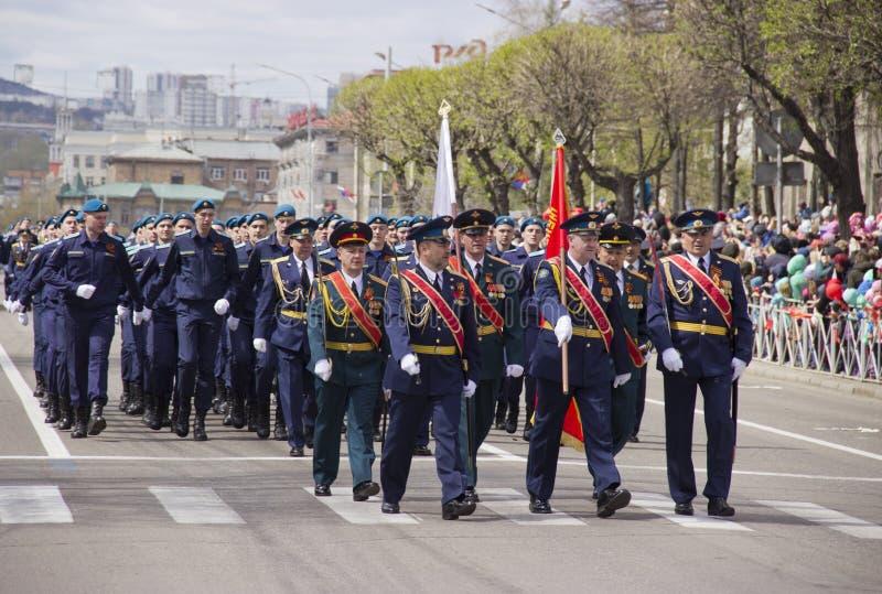 Στρατιωτικός Μάρτιος μέσω της πόλης στοκ εικόνα