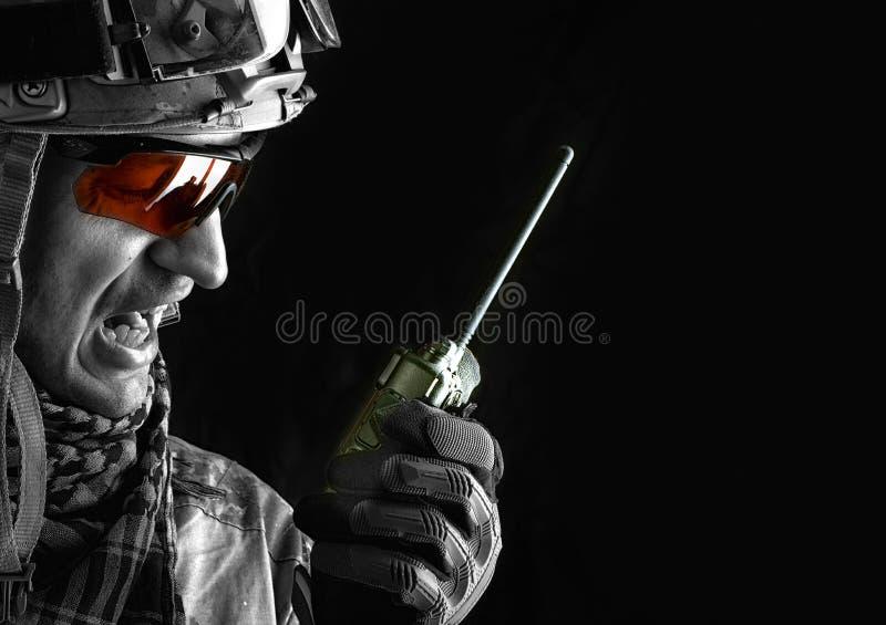 Στρατιωτικός με το φορητό ραδιο πομποδέκτη στοκ εικόνα με δικαίωμα ελεύθερης χρήσης