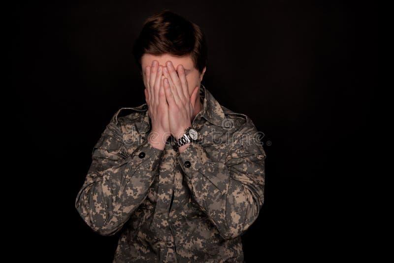 Στρατιωτικός που αισθάνεται ανίσχυρος στοκ φωτογραφία