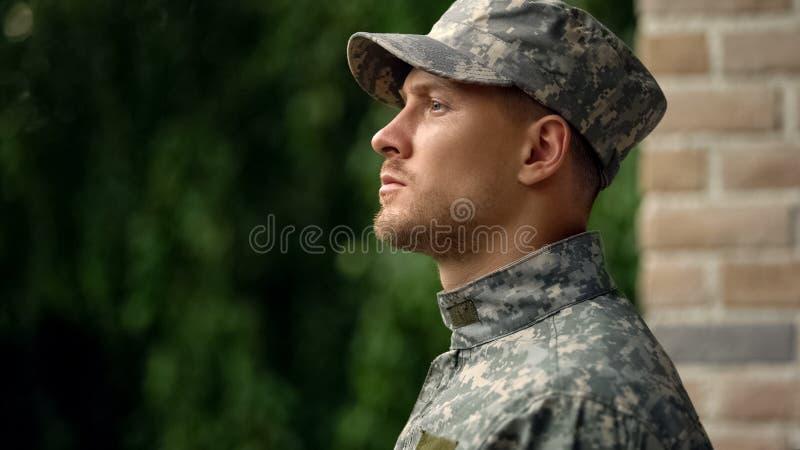 Στρατιωτικός στρατιώτης αντιμετωπίζει την πραγματικότητα του καθήκοντος, παλεύοντας με διανοητικά θέματα, κατάθλιψη στοκ φωτογραφία με δικαίωμα ελεύθερης χρήσης