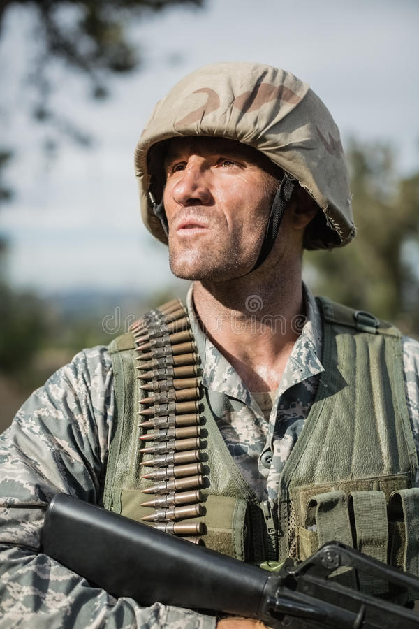 Στρατιωτικός στρατιώτης κατά τη διάρκεια της άσκησης με το όπλο στοκ εικόνες