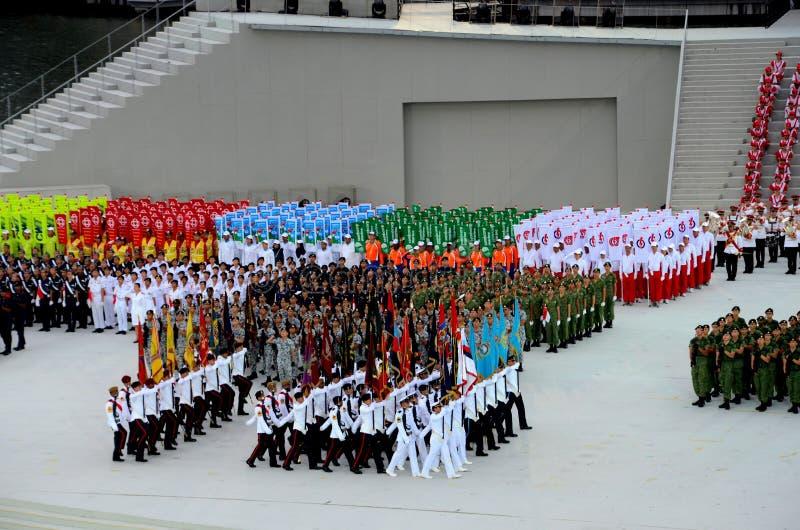 Στρατιωτικός συνταγματικός περίπατος χρωμάτων παρελάσεων εθνικής μέρας της Σιγκαπούρης από μπροστά στοκ εικόνες