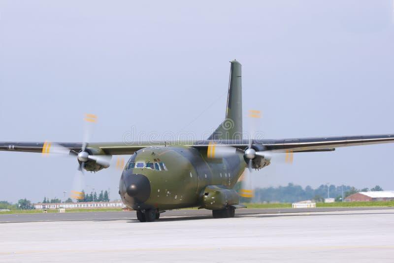 Στρατιωτικό αεροπλάνο μεταφοράς εμπορευμάτων στοκ φωτογραφία με δικαίωμα ελεύθερης χρήσης