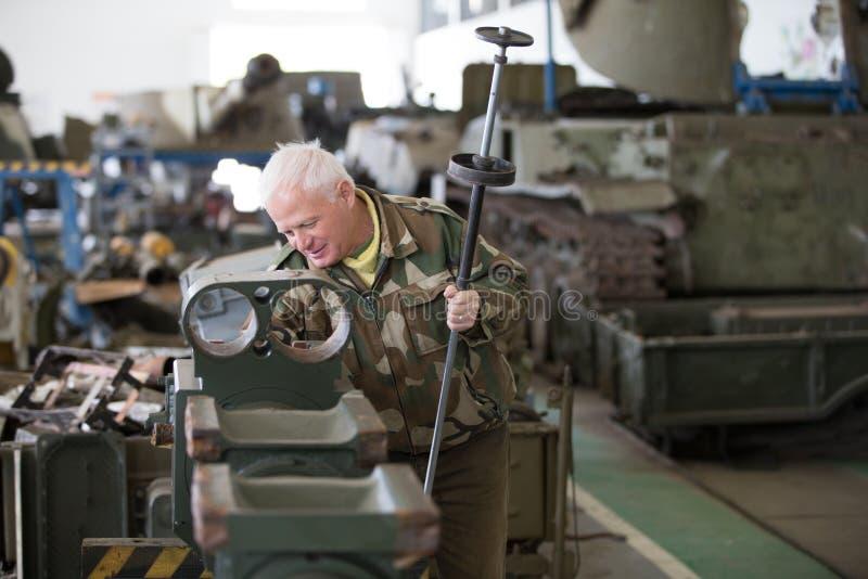 Στρατιωτικό εργοστάσιο Επισκευή των δεξαμενών Συντήρηση του στρατιωτικού εξοπλισμού Παραγωγή των όπλων στοκ φωτογραφία με δικαίωμα ελεύθερης χρήσης