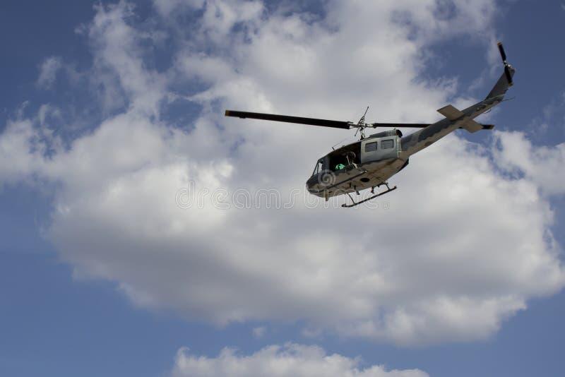 Στρατιωτικό ελικόπτερο στον ουρανό στοκ φωτογραφία