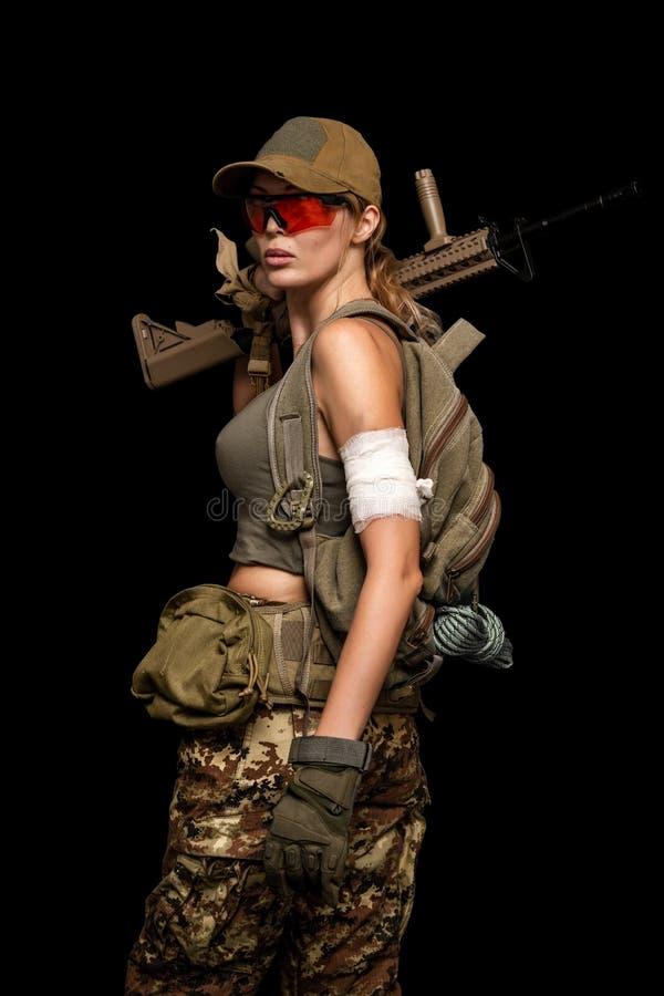Στρατιωτικό κορίτσι με το αυτόματο τουφέκι Ημέρα μοιρών στοκ φωτογραφία με δικαίωμα ελεύθερης χρήσης