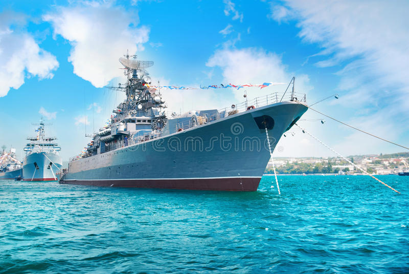 Στρατιωτικό πολεμικό πλοίο στον κόλπο στοκ φωτογραφία με δικαίωμα ελεύθερης χρήσης