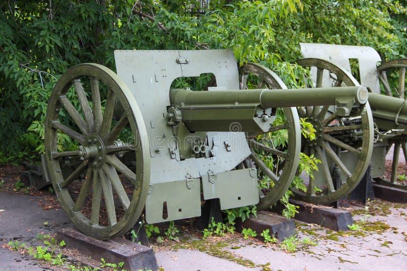 στρατιωτικό πυροβόλο 75 χιλ. (το τρόπαιο του κόκκινου στρατού κατά τη διάρκεια του πολέμου με την Πολωνία το 1920) του ρωσικός-πο στοκ εικόνα