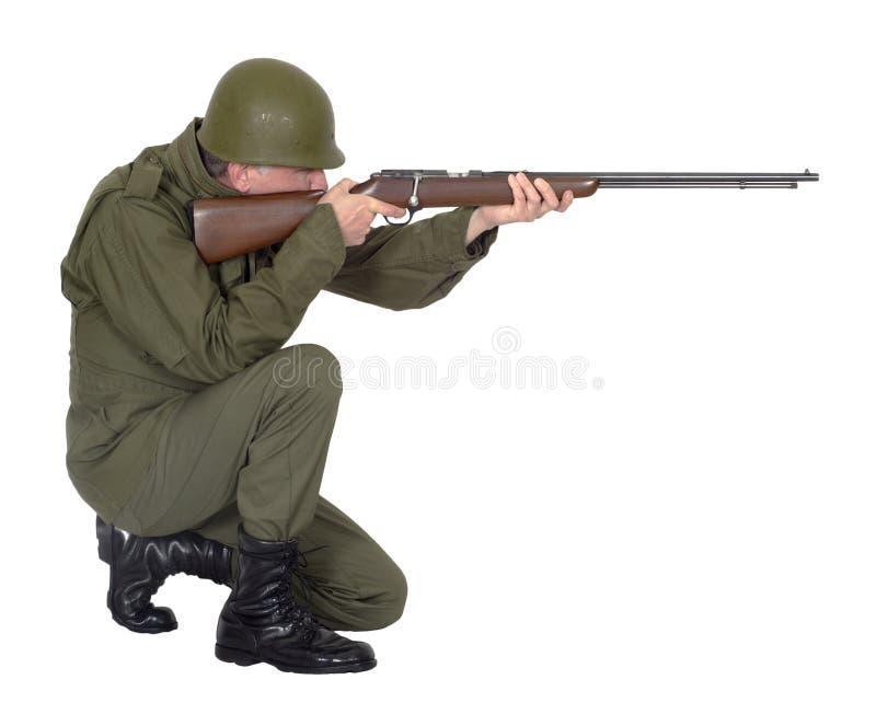 Στρατιωτικό πυροβόλο όπλο τουφεκιών πυροβολισμού στρατιωτών στρατού, που απομονώνεται στοκ εικόνες με δικαίωμα ελεύθερης χρήσης