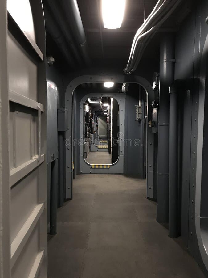 Στρατιωτικό υποβρύχιο εσωτερικό μακρύ και κενό πέρασμα στοκ φωτογραφίες