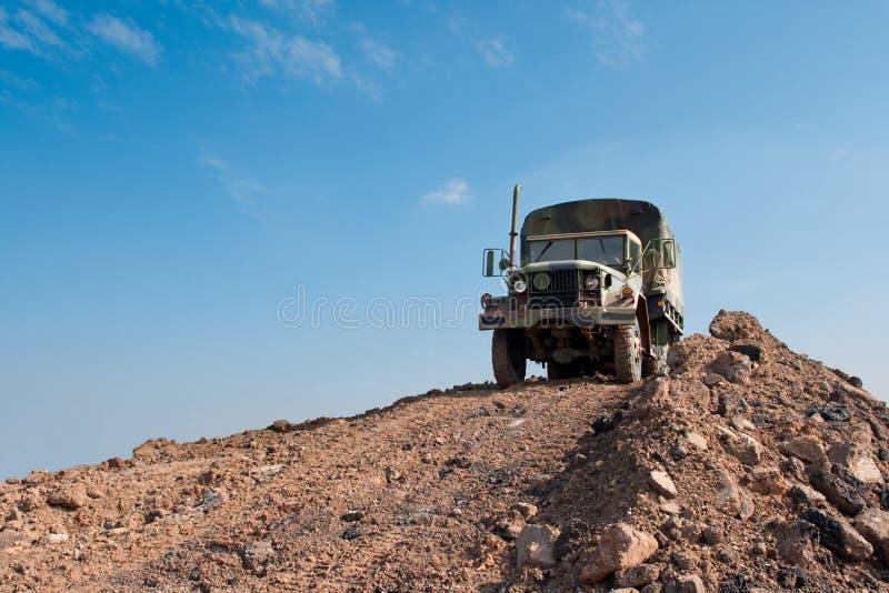Στρατιωτικό truck σε ένα Hill ρύπου στοκ εικόνες