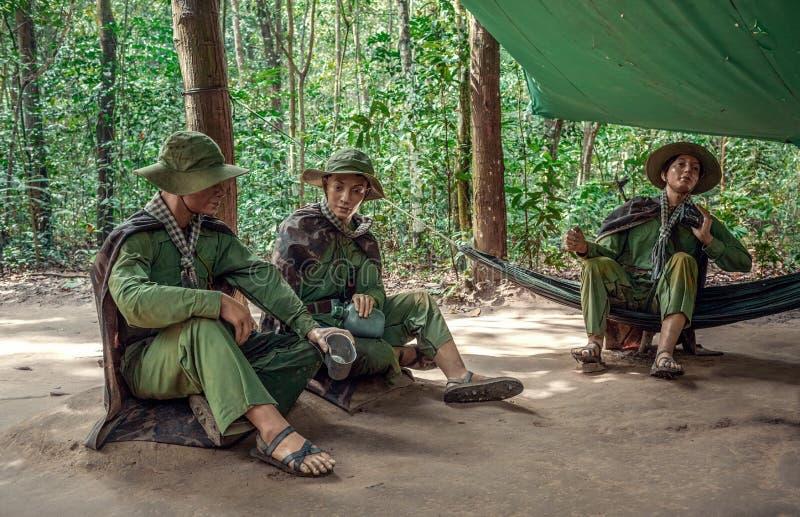 Στρατιώτες που κάθονται κάτω από έναν θόλο στοκ φωτογραφίες με δικαίωμα ελεύθερης χρήσης