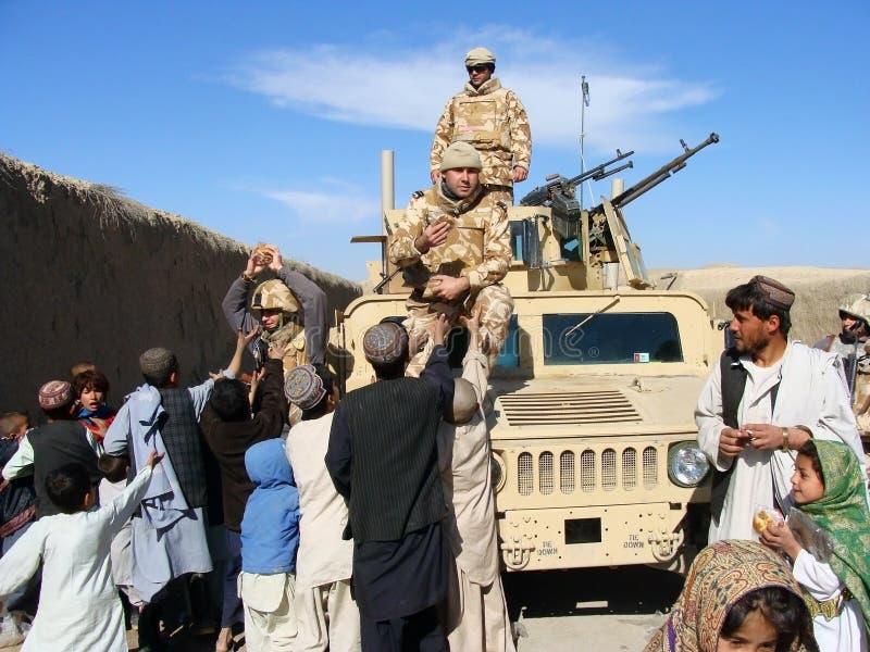 Στρατιώτες που μοιράζονται τα τρόφιμα στο Αφγανιστάν στοκ εικόνα με δικαίωμα ελεύθερης χρήσης
