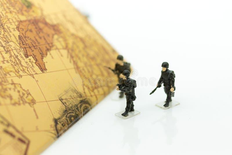 Στρατιώτες που περπατούν στο χάρτη χωρών, δασμός που κρατά τους ανθρώπους και τη χώρα στοκ φωτογραφία