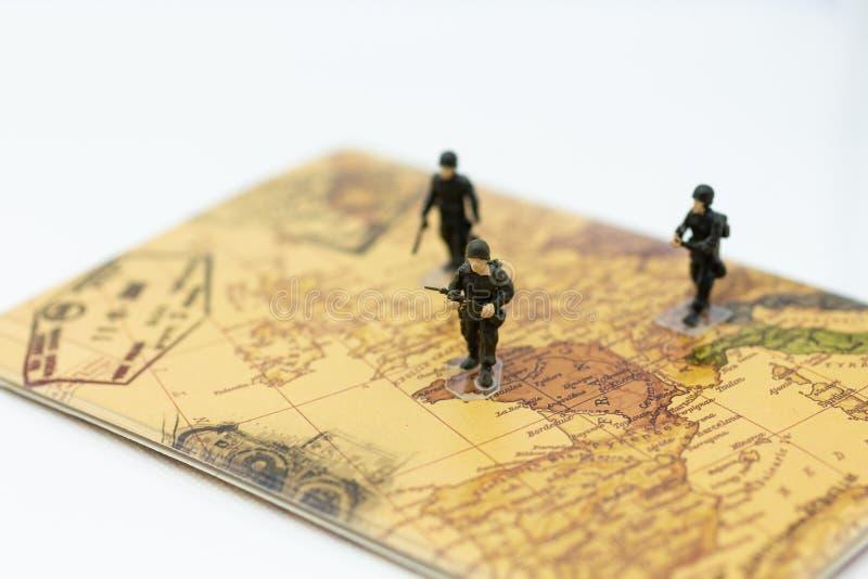 Στρατιώτες που περπατούν στο χάρτη χωρών, δασμός που κρατά τους ανθρώπους και τη χώρα στοκ φωτογραφίες