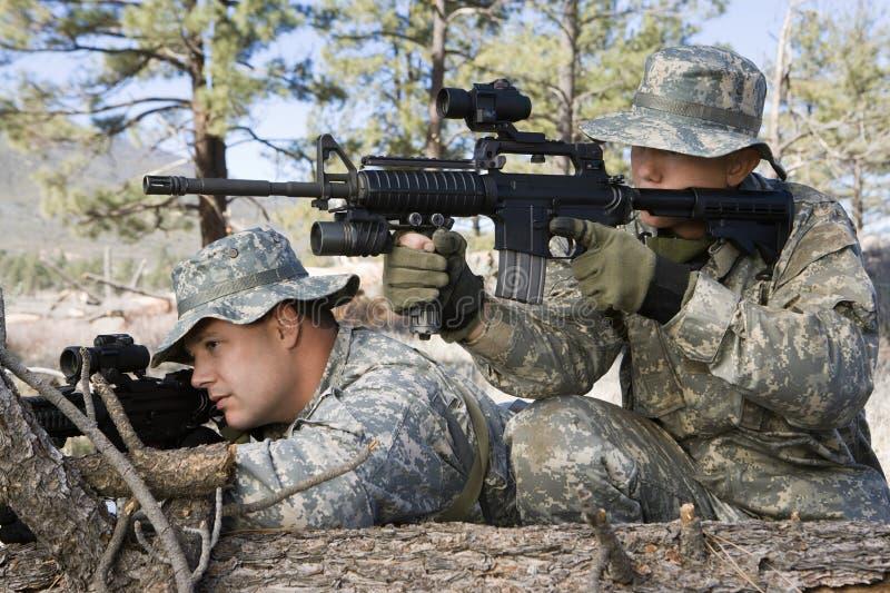 Στρατιώτες που στοχεύουν το πολυβόλο στοκ εικόνα με δικαίωμα ελεύθερης χρήσης