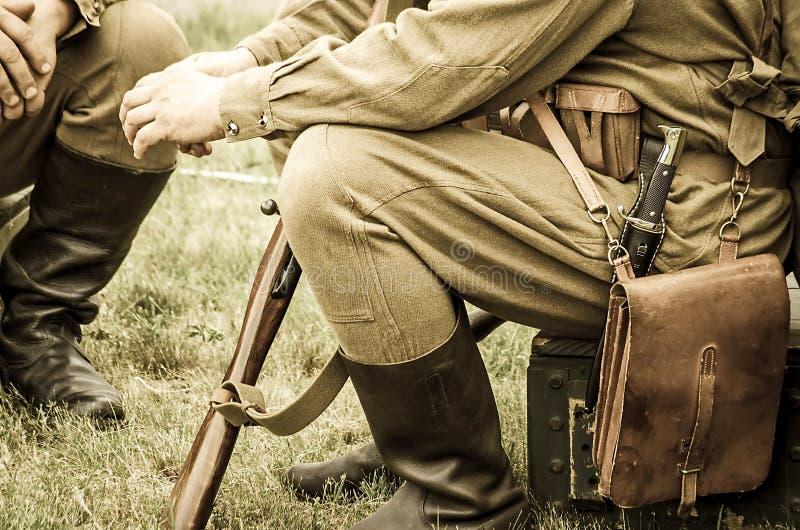 Στρατιώτες στις στολές του Δεύτερου Παγκόσμιου Πολέμου στοκ εικόνα