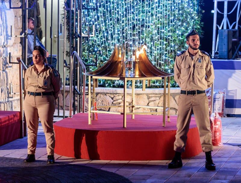 Στρατιώτες - συμμετέχοντες στην αναμνηστική στάση τελετής στη φρουρά της τιμής κοντά στην αναμμένη πυρκαγιά στην αναμνηστική περι στοκ εικόνες με δικαίωμα ελεύθερης χρήσης