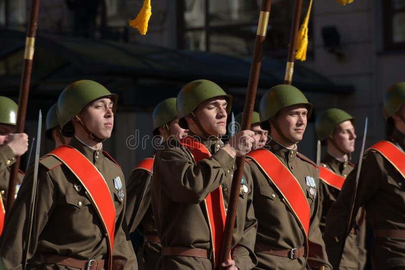 Στρατιώτες υπό μορφή μεγάλου πατριωτικού πολέμου στη νίκη Δ στοκ εικόνες