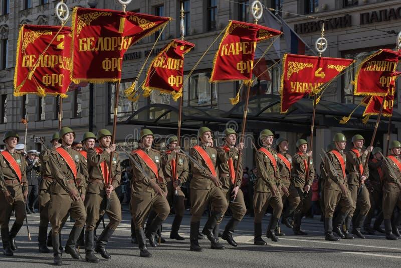 Στρατιώτες υπό μορφή μεγάλου πατριωτικού πολέμου στη νίκη Δ στοκ φωτογραφία με δικαίωμα ελεύθερης χρήσης