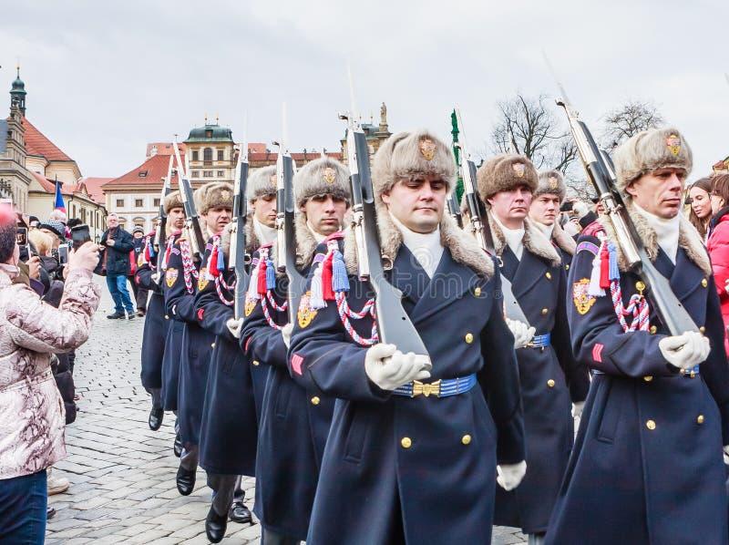 Στρατιώτες φρουράς Κάστρων της Πράγας που βαδίζουν στην είσοδο των δημόσιων σχέσεων στοκ φωτογραφίες με δικαίωμα ελεύθερης χρήσης